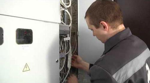 Подключение оптоволокна специалистом Ростелекома